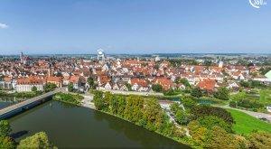 Digitale Panoramatour von multimaps 360: Blick über die Donau auf Lauingen mit dem Schimmelturm. © multimaps360.de