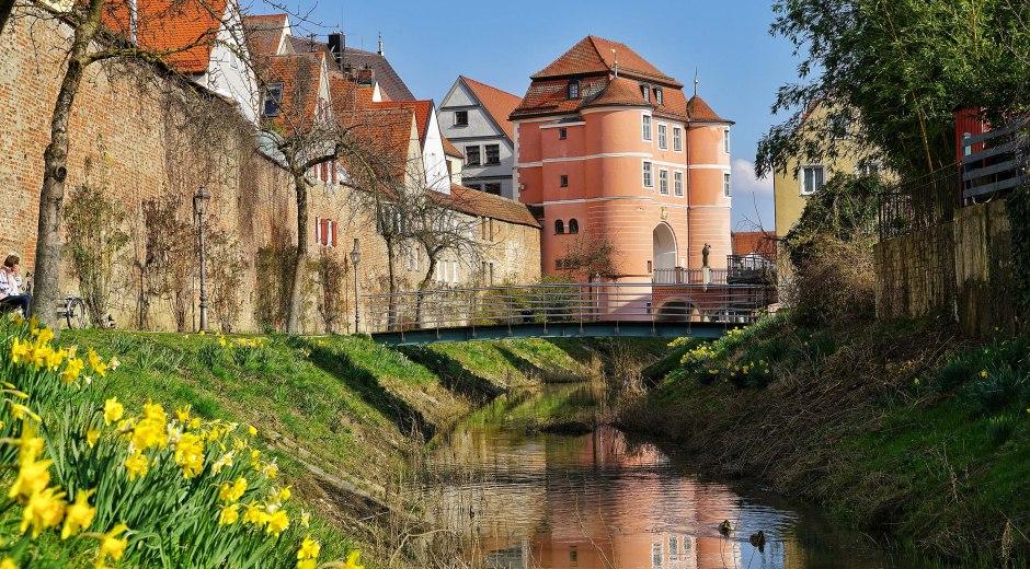 Blick auf das Rieder Tor in Donauwörth zur Frühlingszeit. © Stadt Donauwörth, hefoe