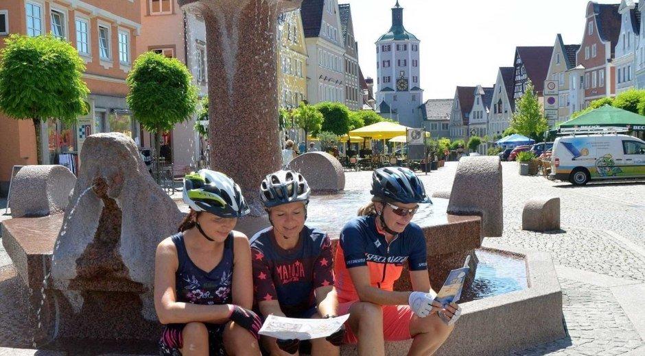 Radel-Pause auf dem Günzburger Marktplatz, der von zahlreichen Cafes unsd Restaurants gesäumt ist. © S. Schmidt