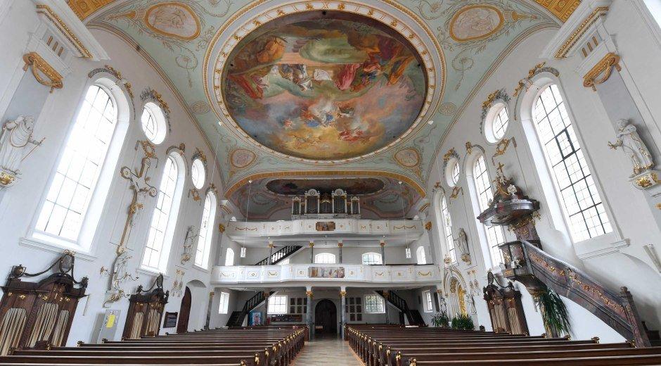 Das Kirchenschiff der Pfarrkirche Mariae Himmelfahrt in Burgau. © WZ-Foto