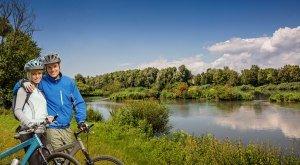 Radler-Paar am Fluss, © Fouad Vollmer/TVABS