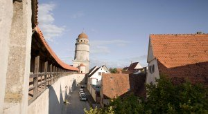 Die Nördlinger Stadtmauer - kreisrund und begehbar. © Fouad Vollmer