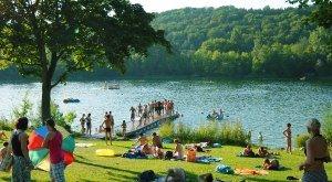 Bayerisch-Schwaben bietet eine Vielzahl an Seen und Badeseen, wie den Pfuhler See bei Neu-Ulm. © Landkreis Neu-Ulm