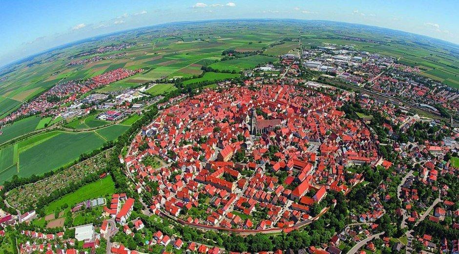 Das kreisrunde Nördlingen von oben © Stadt Noerdlingen